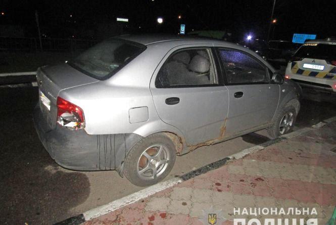 У Коростені група молодиків побили господаря, зачинили в будинку і вкрали його авто і особисті речі