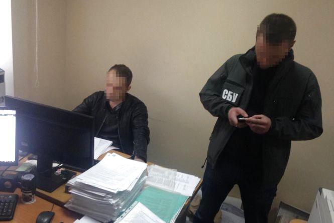 Під час отримання хабара у вісімдесят тисяч гривень затримано посадовця Житомирської міської ради