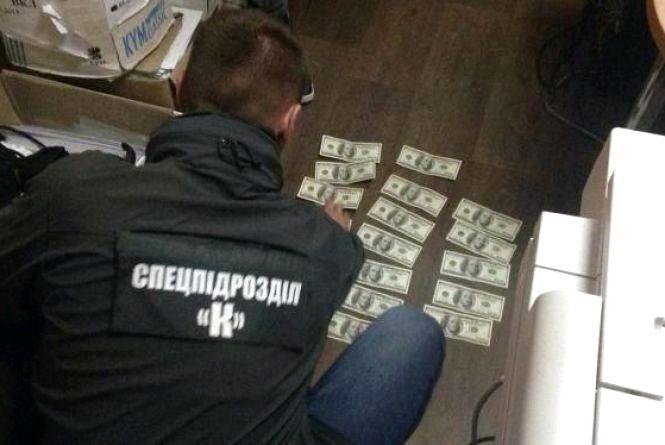 У Житомирі чиновнику міськради та посереднику повідомлено про підозру в одержанні хабара 2800 доларів США