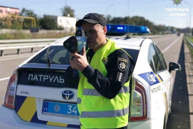 На шляху Київ - Чоп патрульні зупинили BMW. який рухався зі швидкістю 158 км/год.