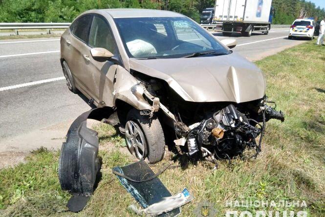 Криворожанин зазнав травм внаслідок зіткнення автівки з колесовідбійником на автошляху Київ-Чоп