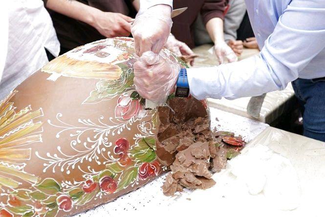 У Житомирі розбили шоколадну писанку вагою 100 кг