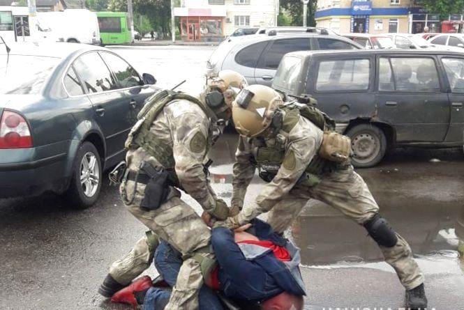 У Житомирі затримали трьох наркоділків, у яких вилучили кокаїн на суму понад мільйон гривень