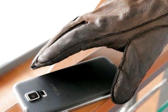 На Соборній площі в Житомирі грабіжник штовхнув дитину та відібрав телефон