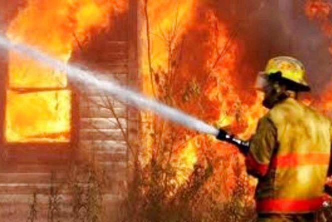 Пожежа на Овруччині: рятуючись, чоловік вистрибнув з вікна і сильно травмувався
