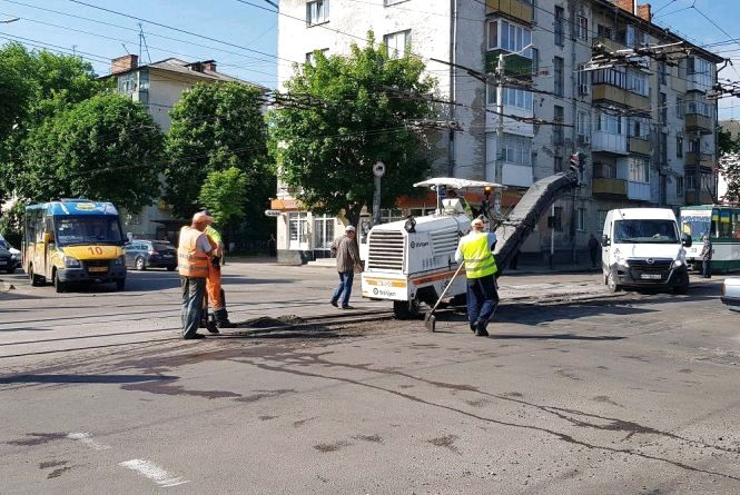 На перехресті вулиць Покровської та Грушевського проводиться ямковий ремонт