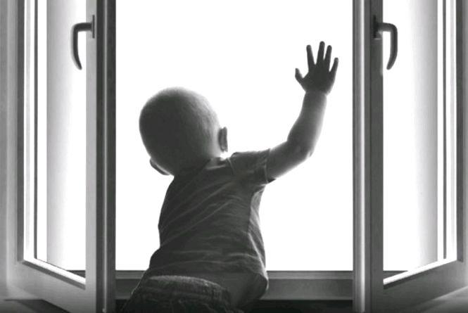У Бердичеві з вікна 9-поверхівки випав півторарічний хлопчик: лікарі борються за його життя