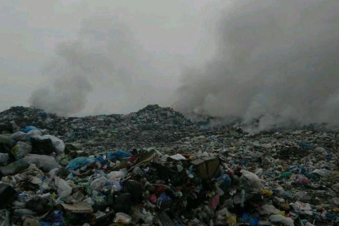 У Новоград-Волинському районі четверту добу горить сміття на полігоні твердих побутових відходів