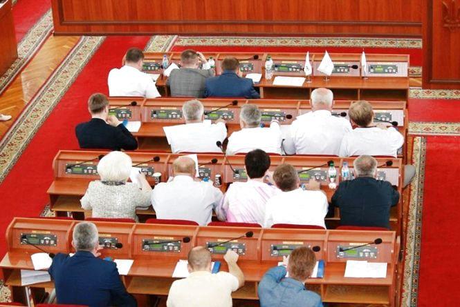 На позачерговій сесії депутати прийняли низку звернень до вищих органів влади