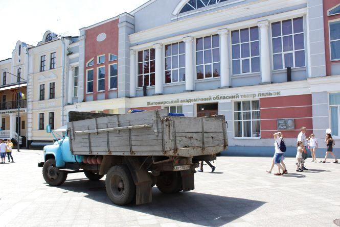 Вулиця Михайлівська в Житомирі перетворюється на стоянку для автомобілів