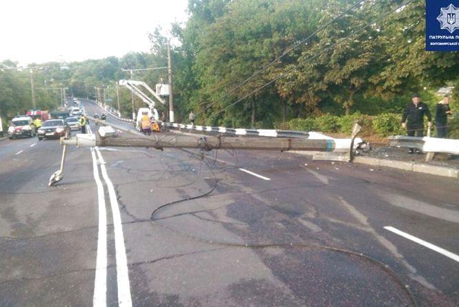 На вулиці Чуднівській водій ВАЗу не впорався з керуванням та звалив електоопору