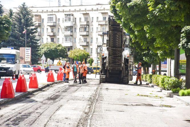 На Великій Бердичівській стартував капітальний ремонт: наразі зрізають старе асфальтове покриття