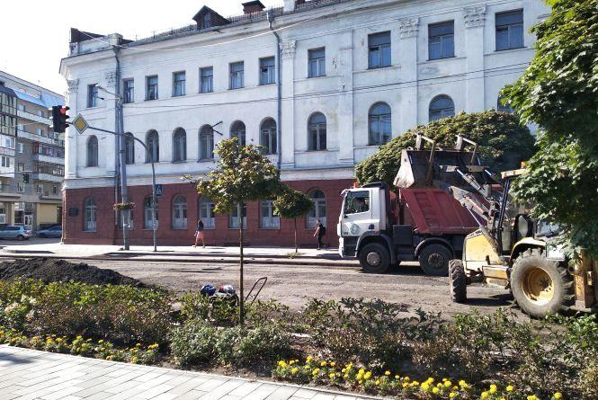 Продовжується ремонт дорожнього покриття по вулиці Великій Бердичівській. Фото