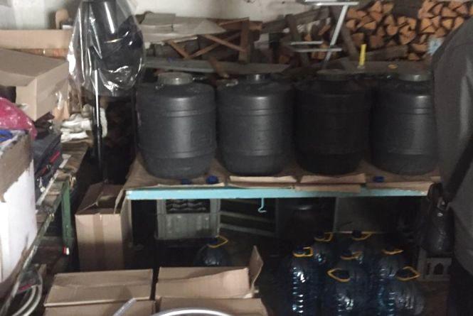 На Житомирщині викрили нелегальний цех, з якого вилучено більше тонни фальсифікованого алкоголю
