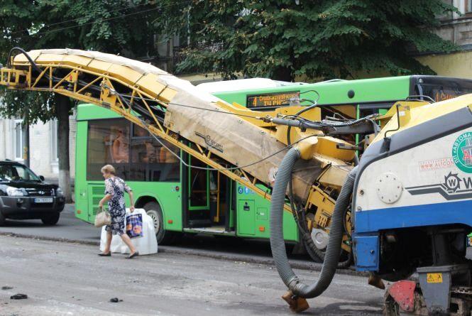 Продовжується ремонт дороги на вулиці Великій Бердичівській