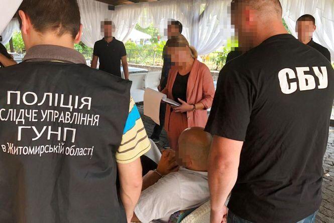 На Житомирщині правоохоронці викрили у вимаганні хабара 30 тис. доларів керівника громадської організації