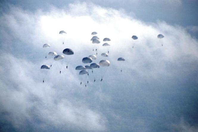 На Житомирщині десантники підкоряли небо з літака Ан-26