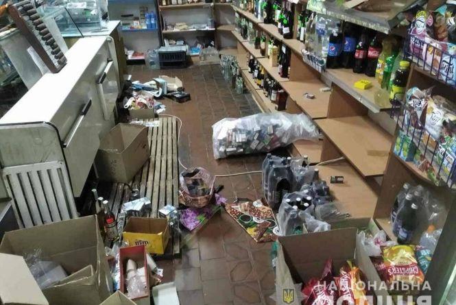 Брали головне - алкоголь та цигарки: у Новограді-Волинському у магазині затримали нічних «відвідувачів»