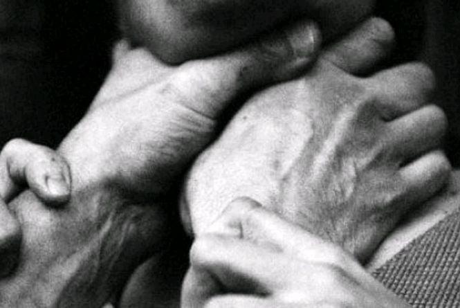 У Новоград-Волинському районі чоловік ледь не задушив літню односельчанку, вимагаючи горілки