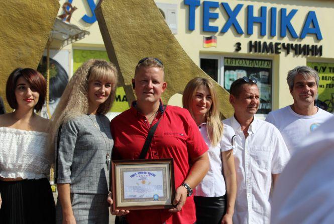 Рекорд встановлено: найбільші ножиці України – у Житомирі