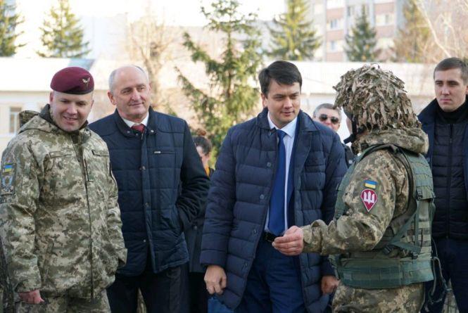 Дмитро Разумков вручив відзнаки ВР військовослужбовцям 95-ої ОДШБр