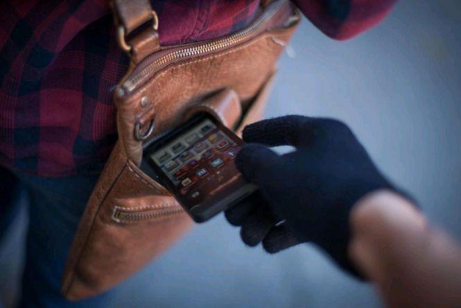 У відвідувача житомирської перукарні поцупили смартфон, а потім зняли з мобільного додатку 6.5 тис. грн