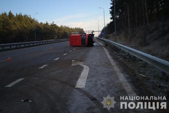 На дорозі Київ-Чоп перекинувся бус: травмовано 25-річного пасажира