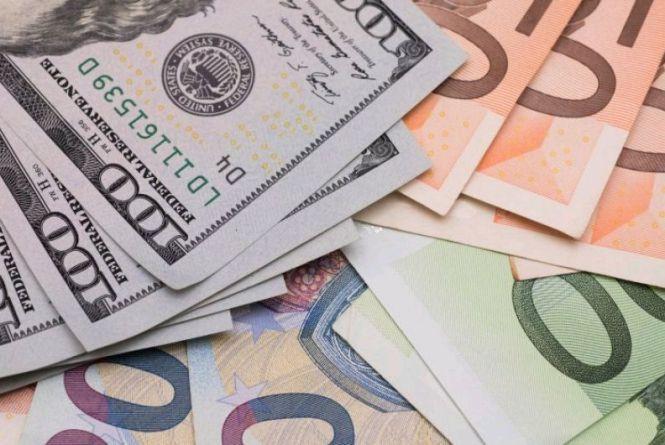 Курс валют на 16 січня: долар знову скотився до рекордного мінімуму