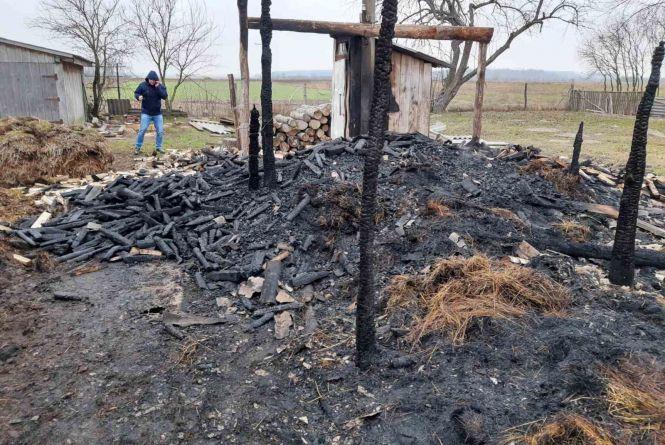 Пожежа в Баранівському районі: згоріли сіно і дрова, житло вдалося врятувати