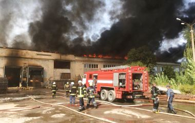 Подробиці пожежі на картонному комбінаті: горить 3 тис. м кв. ВІДЕО