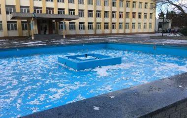 Фарба відвалюється шматками: пориви вітру «показали» якість ремонту фонтану біля 17-ї школи