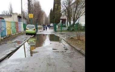 До 30-ї школи в Житомирі добратися можна тільки човном: автівки паркуються на тротуарах