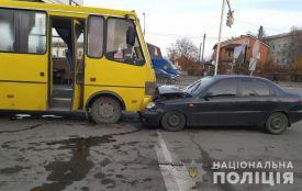 У Новограді-Волинському водій легковика помер просто за кермом: некероване авто зіткнулося з автобусом