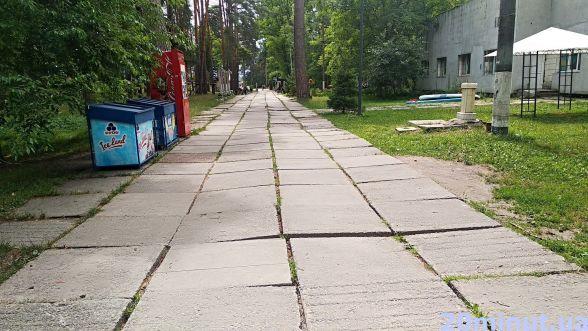 Похилені плити на доріжках, які багато років ніхто не ремонтував...